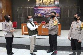 Polres Sukabumi Kota menyerahkan bantuan program keselamatan pengemudi