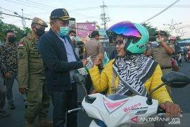 Bupati Sampang wajibkan kepala desa sediakan masker bagi warganya