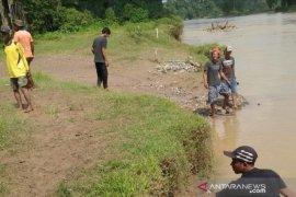 Warga  Dharmasraya gotong royong cari  orang hilang yang diduga hanyut di Sungai Batanghari
