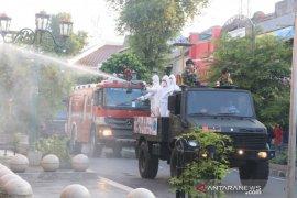 Taruna Akademi Angkatan Udara semprot disinfektan di Jalan Malioboro