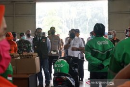 Ridwan Kamil tinjau Kantor Pos Bekasi pastikan bantuan terdistribusi