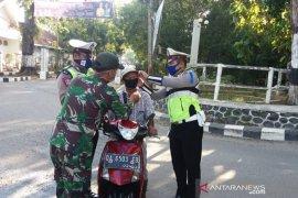 Cegah COVID-19, TNI-Polri di HST bagi masker ke pengguna jalan