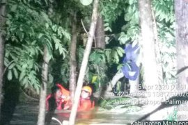 Seorang warga tewas terseret arus banjir saat mengendarai sepeda motornya