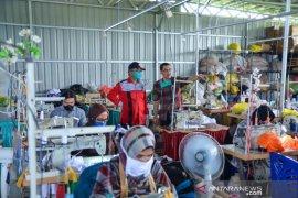 Penjahit  Samarinda beralih produksi baju hazmat dan masker