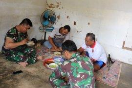 Babinsa makan bersama di rumah warga