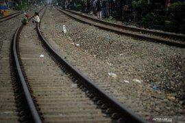 Seorang pria tanpa identitas diduga bunuh diri dengan menabrakkan diri ke kereta api