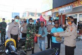 Polri-TNI di Biak Numfor bagikan makanan gratis warga terdampak COVID-19
