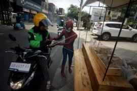 Spiderman membagikan nasi bungkus