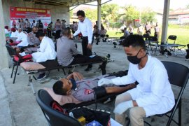 Polda Malut donor darah dukung PMI