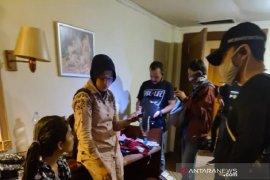 5 pria dan seorang wanita gerebek pesta narkoba di hotel