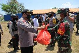 TNI-Polri di Malut salurkan 1.000 bungkus makanan ke warga terdampak COVID-19
