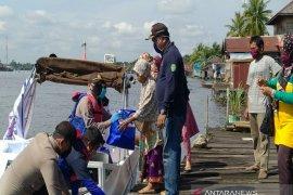 Polisi bagikan sembako untuk warga pinggiran Sungai Margasari