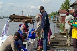 Warga pinggiran Sungai Margasari dibantu sembako oleh polisi