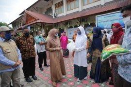 DWP Disdik Aceh bagikan sembako untuk pelajar SMA/SMK dan SLB