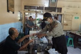 Personel Polda Aceh sambangi kedai kopi sosialisasi cegah COVID-19