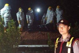 Aksi Brigadir Fiki yang ikut memakamkan ODP di Tapteng pada malam hari