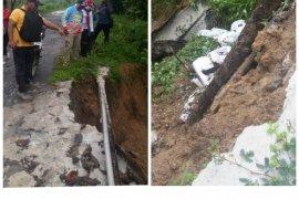 Akibat hujan deras, badan jalan di Kutambaru Langkat longsor 25 meter