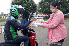 """""""Rumah Pintar"""" BSD City bagikan seribu nasi kotak ke pengemudi ojol-pedagang"""