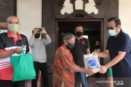 Denpasar government provides food to COVID-19 affected families