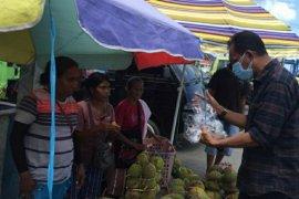 Pemkot Ambon bagi masker kepada pedagang dan supir angkot