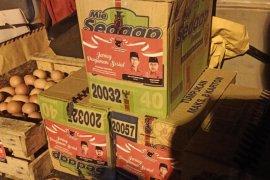 Warga di kawasan isolasi terbatas COVID-19 di Surabaya dapat bantuan sembako