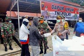 TNI-Polri bagikan 450 nasi kotak kepada warga berpenghasilan rendah