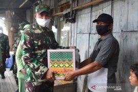 Korem 091/ASN bagikan sembako kepada warga terdampak COVID-19
