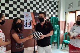 AIA Brondiva Agency bagi masker dan sembako bagi warga Denpasar