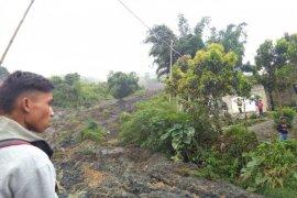 Pembersihan material longsor Nagari Aie Dingin Solok butuh waktu sepekan