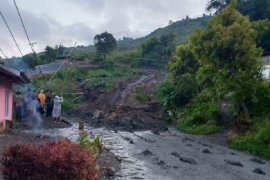 Dua rumah warga Nagari Aie Dingin Solok tertimbun akibat longsor