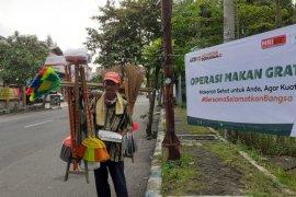 ACT Jatim  berikan makanan gratis pekerja informal