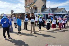 Forum Pelajar Peduli Lingkungan Babel bagikan masker