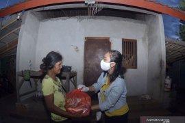 Tim COVID-19 Jimbaran bagikan bantuan sembako langsung ke warga