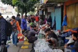 Satpol PP  bubarkan kerumunan Pasar Ikan