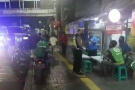 Kurangi penyebaran corona, polisi gelar patroli berskala besar bubarkan kerumunan warga
