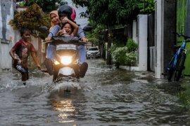 Cegah banjir, BPBD Lebak ajak warga bersihkan saluran air