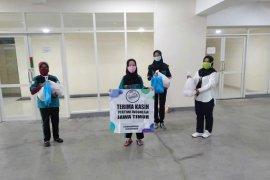 Petugas kebersihan di RSUD dr. Soetomo Surabaya terima bantuan sembako