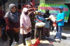 Pengurus perkebunan sawit masyarakat Bangka Tengah salurkan bantuan sembako
