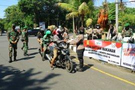 TNI-Polri bagikan 500 nasi bungkus untuk ojek online di Denpasar (video)
