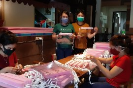 Monica galang karyawati warkop produksi APD medis untuk perbatasan