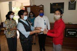 80 mahasiswa di rusunawa Unud terima bantuan langsung tunai