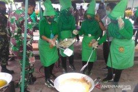 Istri Pangdam XII/Tpr ikut memasak siapkan bantuan nasi kotak
