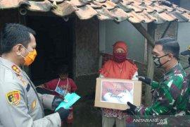 Kodim dan Polres Indramayu bagikan 2.500 paket sembako kepada warga