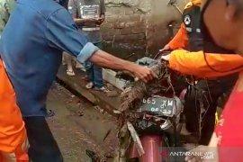 Seorang pengendara motor tewas terseret ke dalam selokan saat melintasi banjir