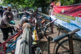 Polres Lebak bagikan ribuan paket sembako pada warga saat COVID-19