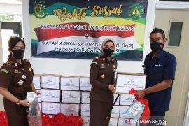 Kejaksaan Bekasi berikan bantuan untuk warga terdampak COVID-19