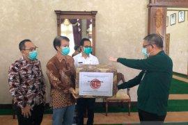 Gubernur Kalbar terima bantuan 300 unit hazmat untuk tenaga medis COVID-19
