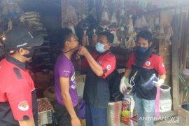 Cegah corona, penggemar Iwan Fals di Penajam sasar pasar bagikan masker