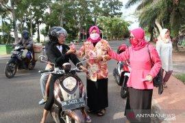 Kaum perempuan di Belitung Timur bagikan masker dan sembako
