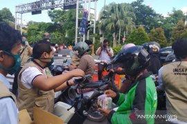 Unusa-Jurnalis Pendidikan Surabaya bagikan masker dan bingkisan kepada masyarakat